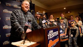 Jon Tester tras ser reelegido como senador por Montana en un evento en Great Falls, Montana, el 7 de noviembre del 2018. (Thom Bridge /Independent Record via AP)