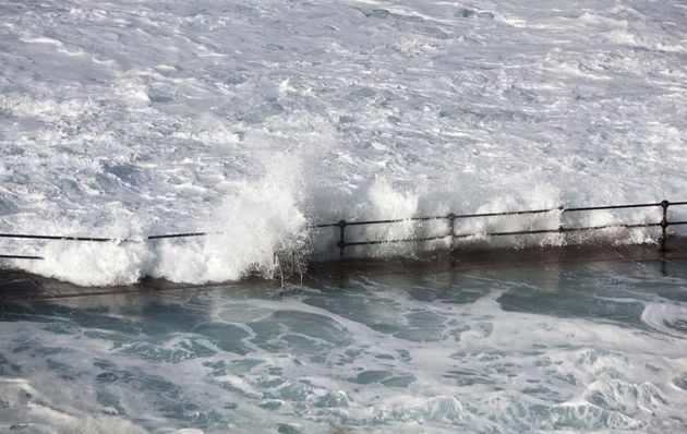 Tενερίφη: τα κύματα μέσα από το μπαλκόνι και ο...πλωτός κάδος
