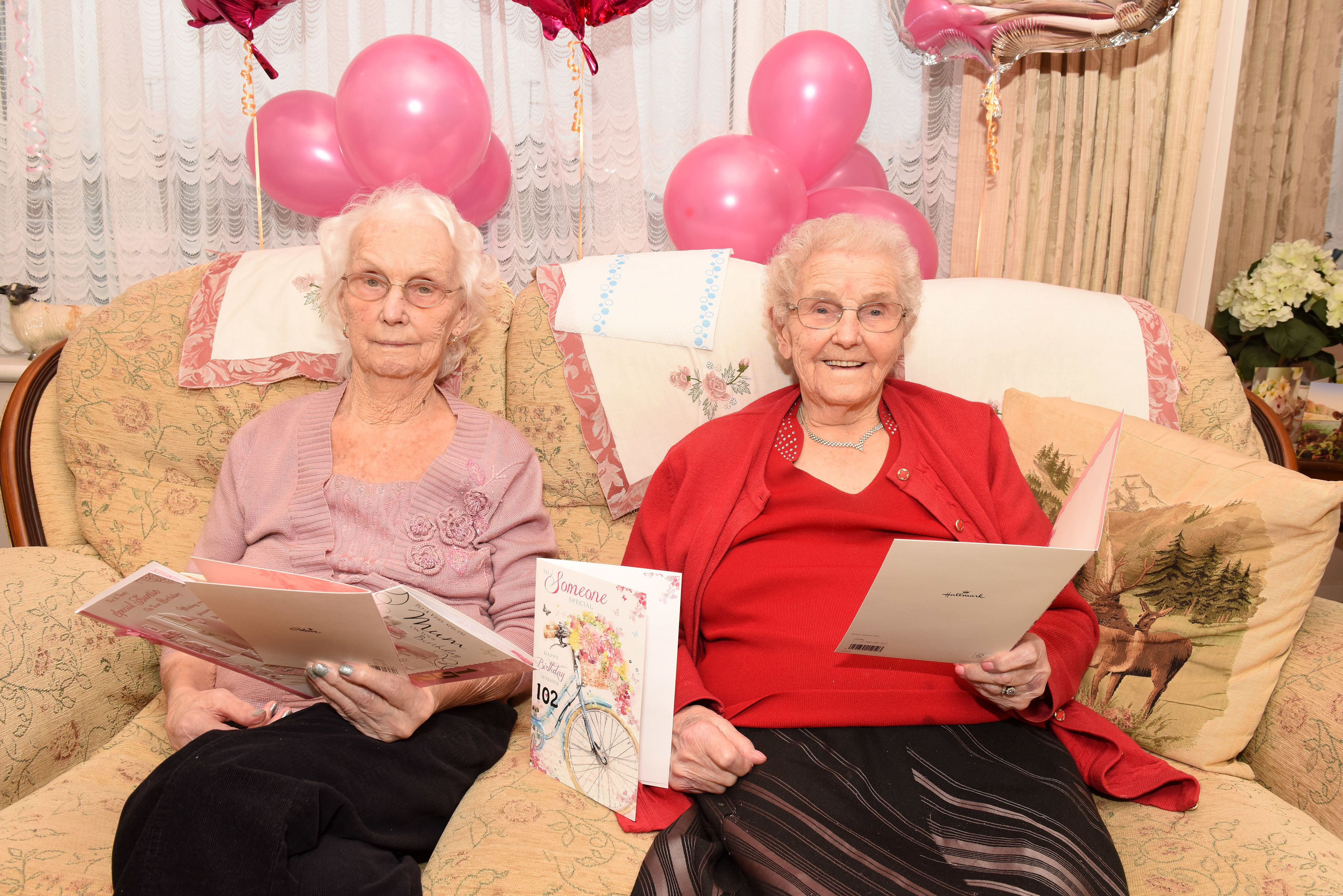 102-jährige Zwillinge verraten Geheimnis ihres Alters – beide haben eine andere Antwort darauf