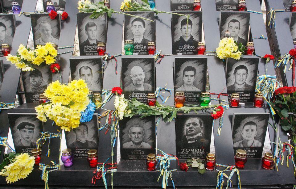 Blumen und Kerzen erinnern an die Opfer der Bürgerproteste in derUkraine vor fünf Jahren.
