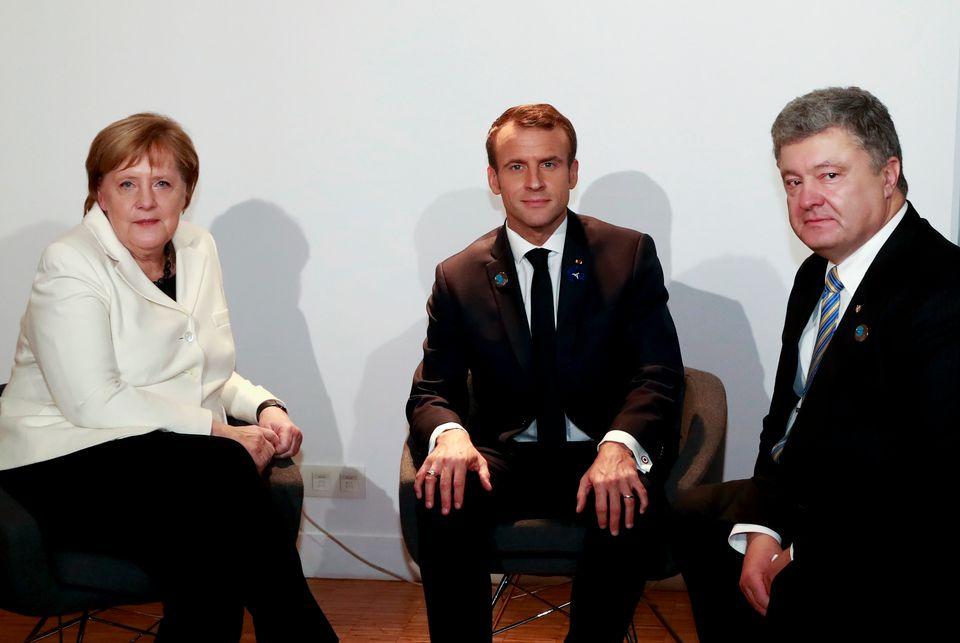Der ukrainische Präsident Petro Poroschenko (rechts) beim Treffen mit Kanzlerin Angela Merkel und Frankreichs Präsident Emmanuel Macron am 11. November.