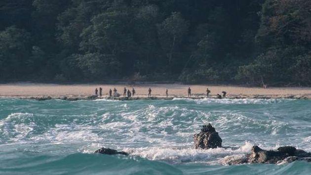 Ureinwohner des Stammes der Sentinelesen bewachen den Strand ihrer Insel.