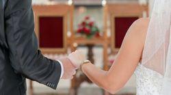 Hochzeit: Bräutigam dreht sich Richtung Braut um, dann sieht er Bartstoppeln