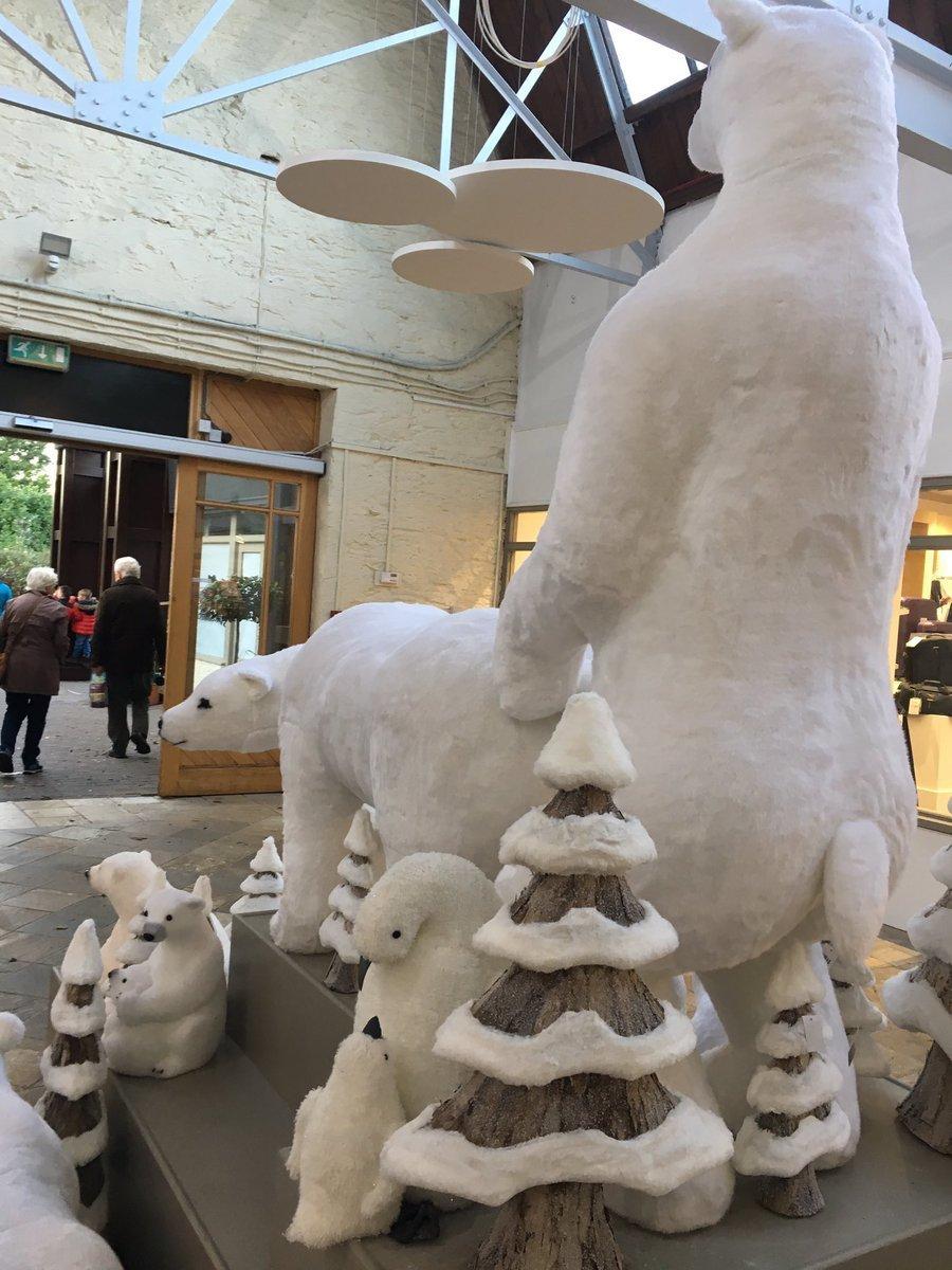 한 쇼핑몰의 북극곰 디스플레이에 고객들이