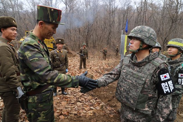 남북 군사당국 관계자들이 22일 군사분계선(MDL) 근처에서 도로개설을 위해 만나 인사를 나누고