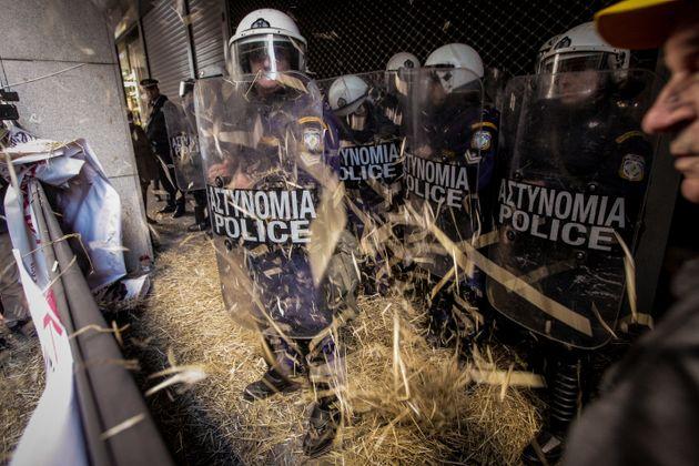 Διαμαρτυρία της ΠΟΕΔΗΝ έξω από το ΥΠΟΙΚ - Πέταξαν σανό και προσπάθησαν να μπουν στο