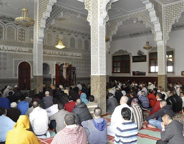 Des fidèles dans une mosquée de