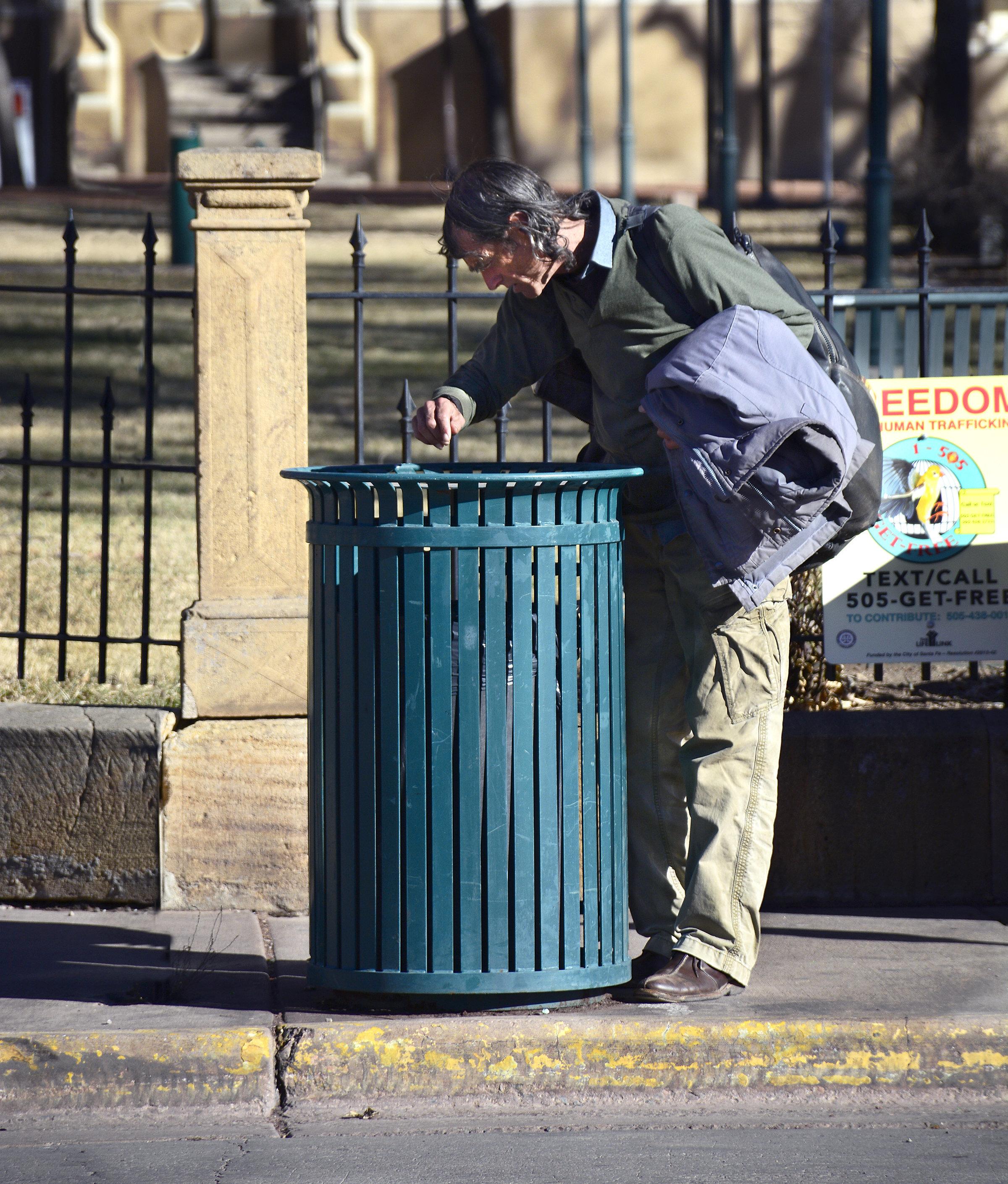 Obdachloser findet Zeichnung im Müll – dann erfährt er, wie viel sie wert