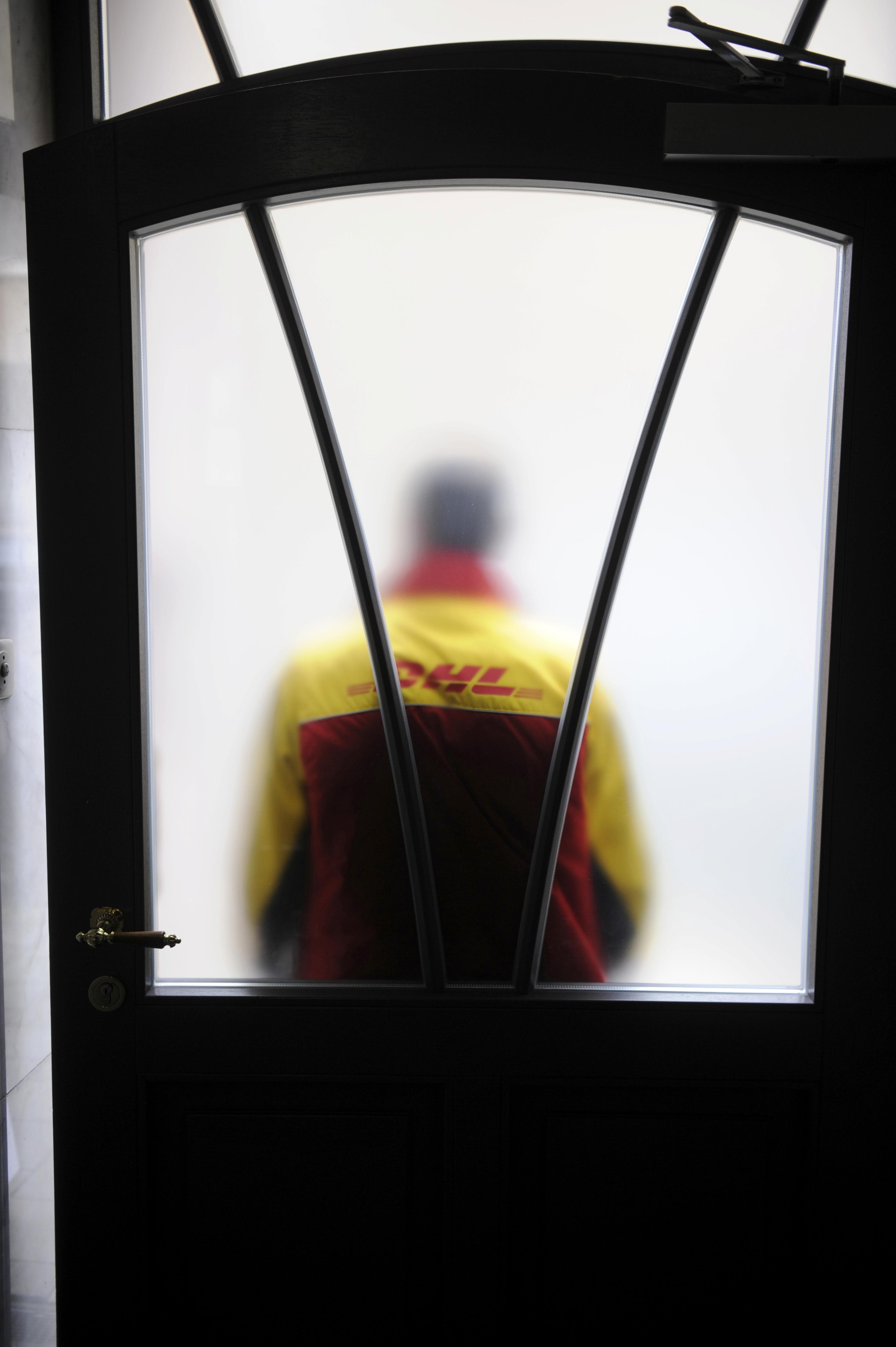 """″Öffnete Tür in Strapsen"""": DHL-Fahrer erzählt von verrücktester"""