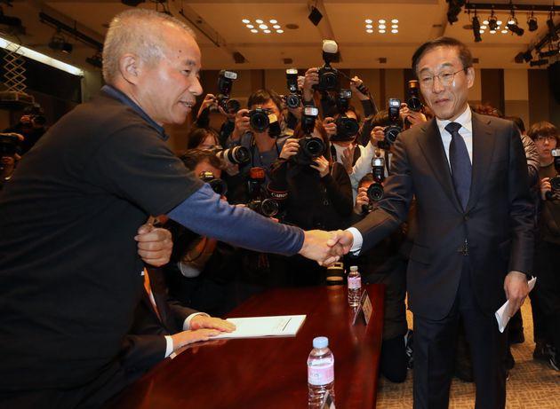 김기남 삼성전자 대표이사(오른쪽)가 23일 황상기 반올림 대표와 인사를 나누고