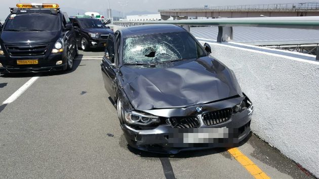 지난 7월, 부산 강서구 김해공항 2층 국제선 청사 진입로에서 과속을 하던 BMW 가 택시기사를 들이받는 사고가 발생했다. 사진은 BMW 차량 앞유리가 깨지고 범퍼가 찌그러져 있는