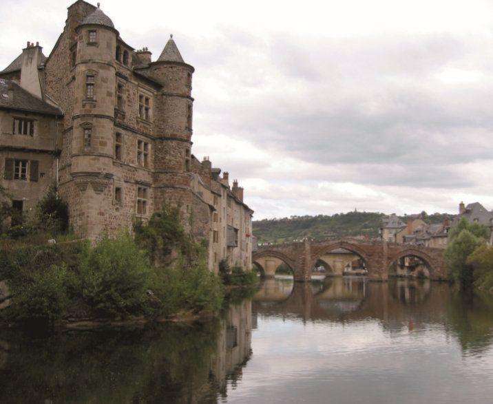 찬란한 강에 비친 매력적인 풍경.