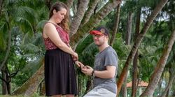 Mann macht seiner Freundin Hochzeitsantrag und bemerkt nicht, wer sich herangeschlichen