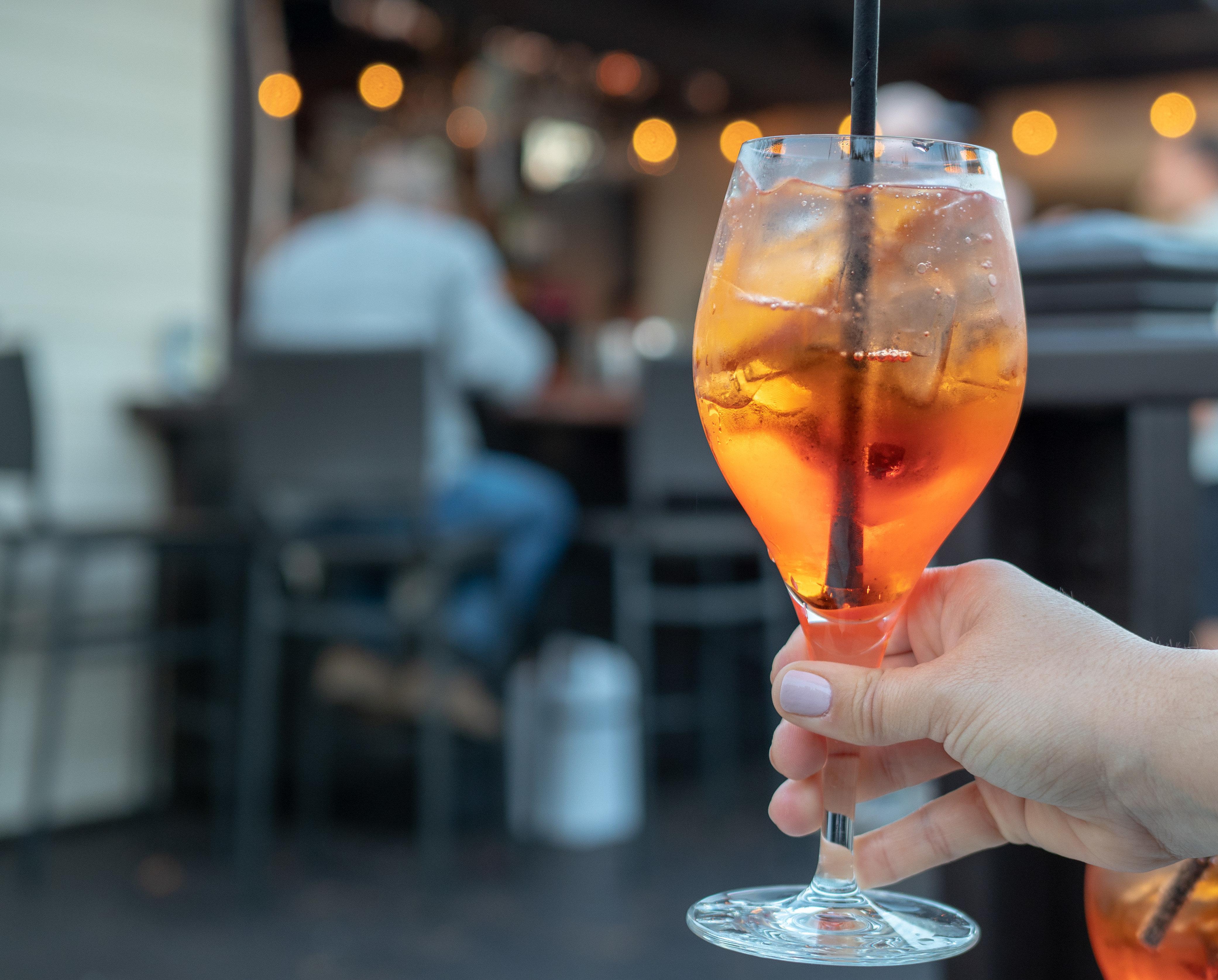 NRW: Zwei Frauen trinken Aperol Spritz – Sekunden später haben sie höllische