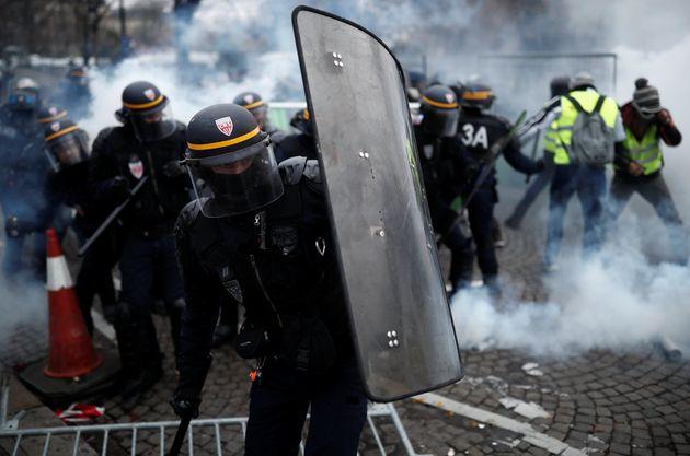 Πεδίο μάχης το Παρίσι: Συγκρούσεις αστυνομικών με τα «κίτρινα