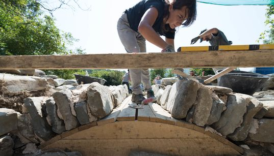 Μπουλούκι: Μια παρέα νέων αρχιτεκτόνων προσπαθεί να αναζωογονήσει την τέχνη της πέτρας στην κοιτίδα της στην