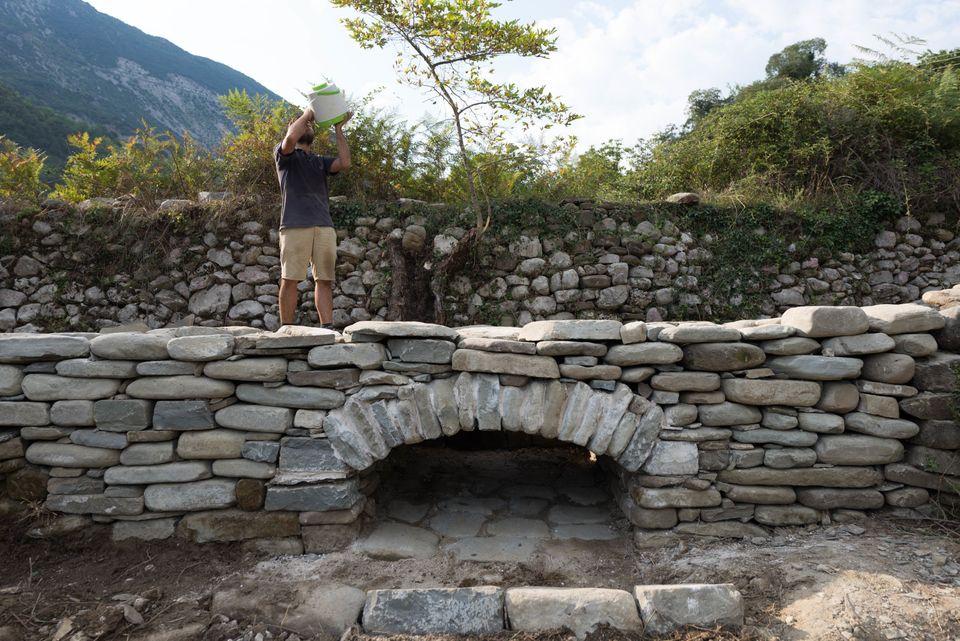 Μπουλούκι: Μια παρέα νέων αρχιτεκτόνων προσπαθεί να αναζωογονήσει την τέχνη της πέτρας στην κοιτίδα της...