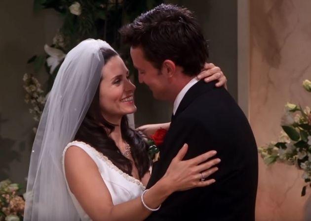 Κάτι μας διέφυγε στα Friends: Μήπως ο Τσάντλερ ήταν ερωτευμένος με άλλη όταν παντρεύτηκε τη