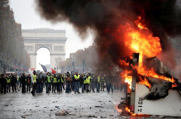 Les Champs-Elysées dans le chaos au lendemain de la manifestation des gilets