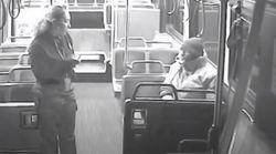Οδηγός λεωφορείου συγκινεί βρίσκοντας στέγη και τροφή σε ηλικιωμένο