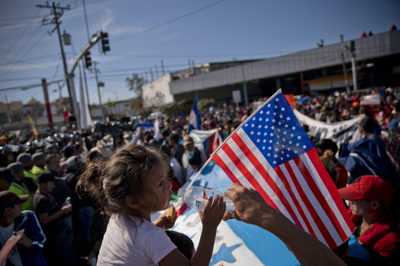 Integrantes de la Caravana Migrante fueron recibidos con violencia el domingo 25 de noviembre en la frontera...
