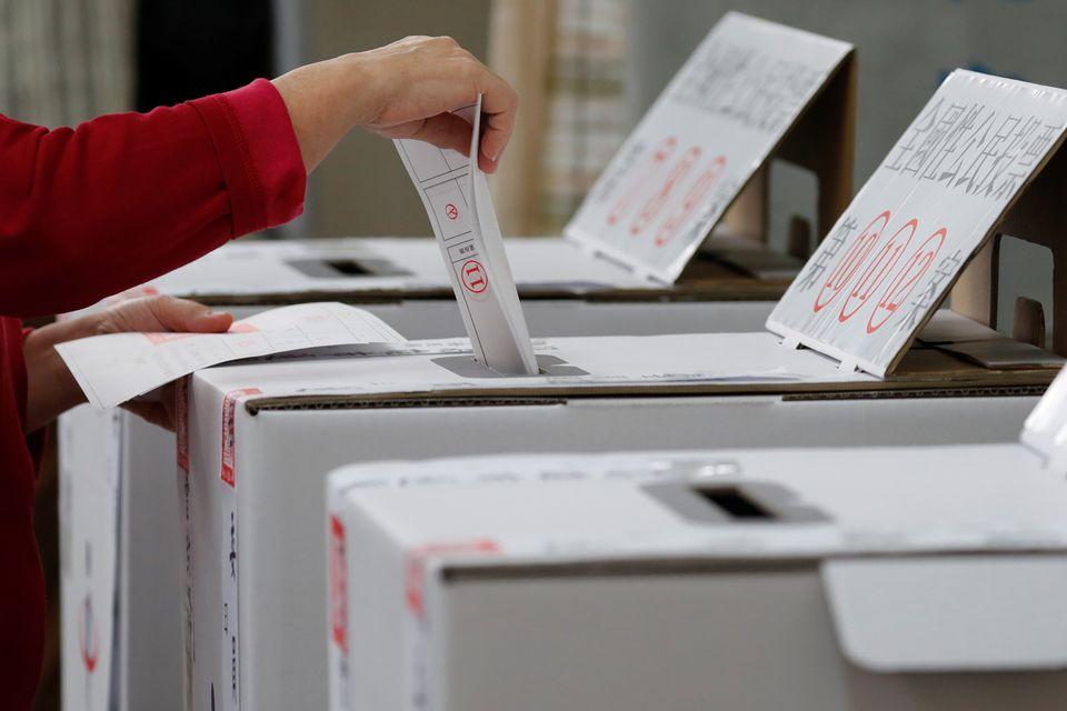 24일 지방선거와 각종 현안에 대한 국민투표에 참가하는 시민의