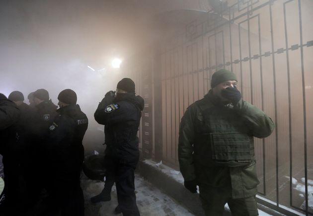 Ένταση και επεισόδια σε διαδηλώσεις μπροστά στη ρωσική πρεσβεία στο