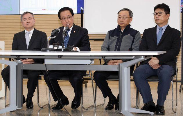 왼쪽부터 하현회 LG유플러스 부회장, 유영민 과학기술정보통신부 장관, 황창규 KT 회장, 이형희 SK브로드밴드