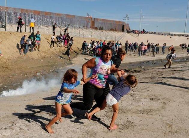 «Δεν είμαστε εγκληματίες, αλλά εργάτες». Δακρυγόνα σε μετανάστες στα σύνορα