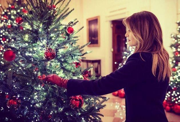 Η Μελάνια στόλισε τα δέντρα του Λευκού Οίκου (φορώντας δερμάτινα