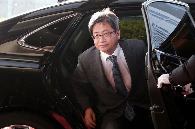 70대 남성이 김명수 대법원장 출근차량에 화염병을