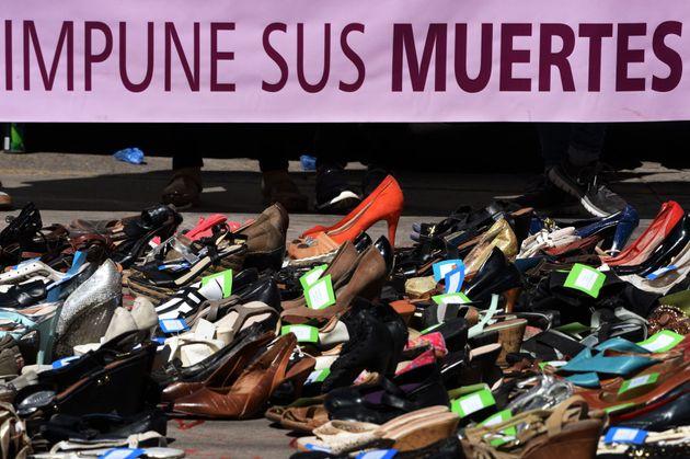 올해 국제 여성 폭력 추방의 날을 기리기 위해 온두라스 수도 테구시갈파에서 26일 열린 시위. 온두라스에서 지난 15년간 살해된 여성 5929명의 신발이 놓여