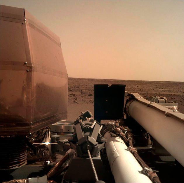 화성에 착륙한 나사의 탐사선 '인사이트'가 막 이런 사진을