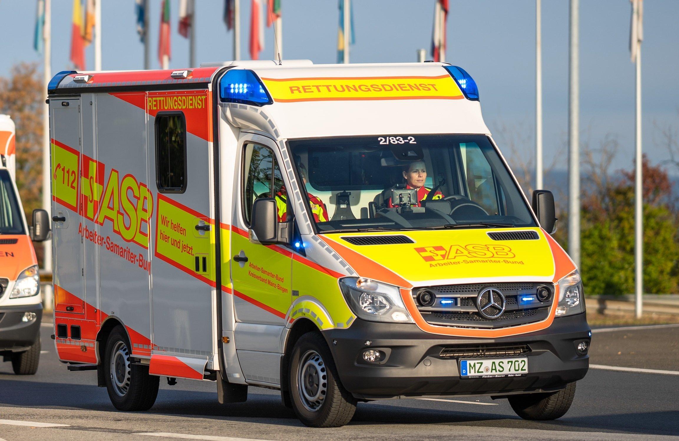 Mainz: Taxifahrer blockiert lächelnd Krankenwagen im