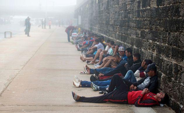 Des migrants attendent dans le port de Tarifa, en Espagne, après avoir été secourus...