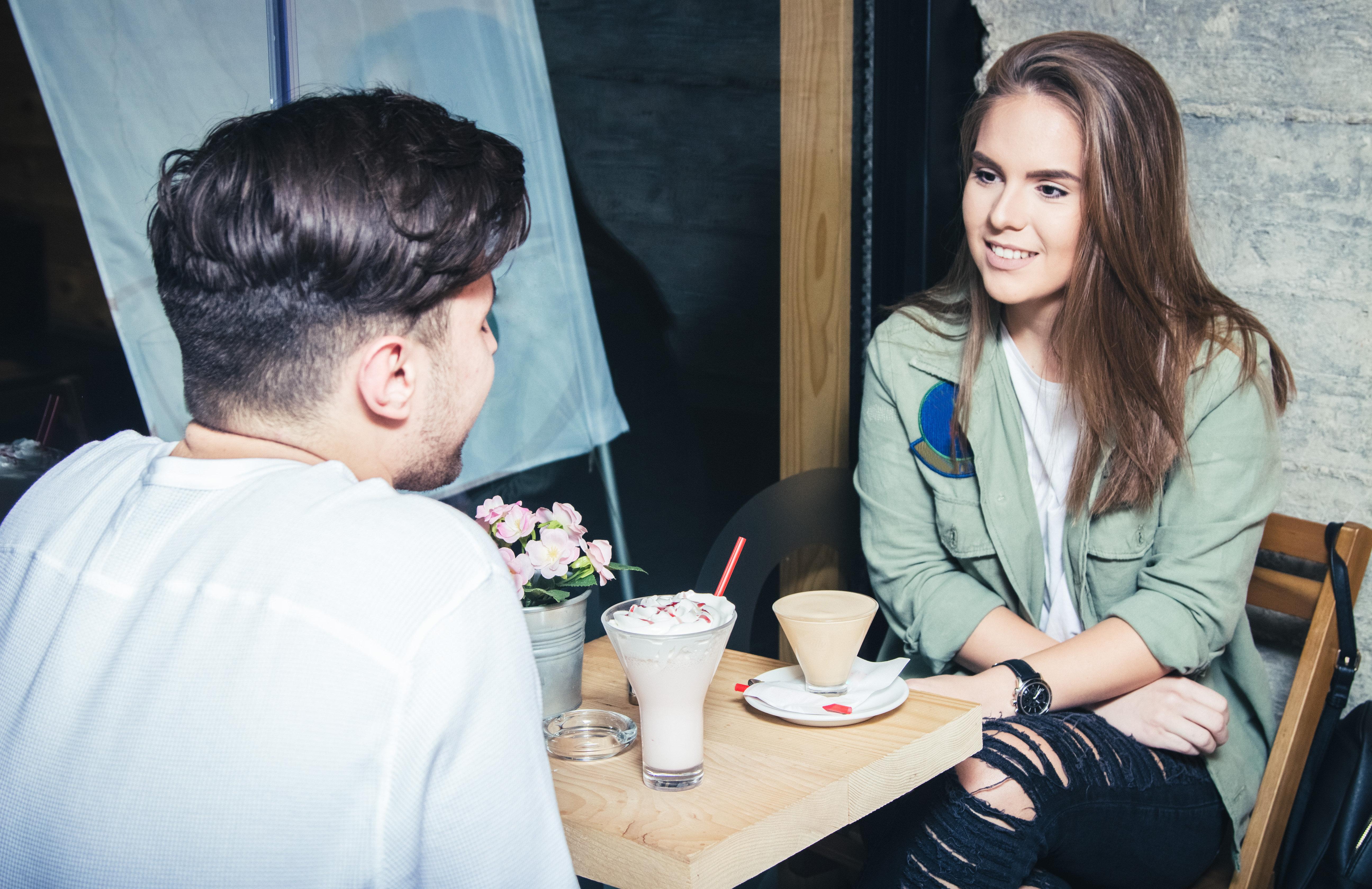 Dating: 7 Fragen, die ihr nie bei eurer ersten Verabredung stellen
