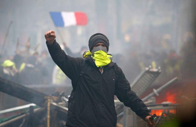 마크롱은 '유가 인상 반대' 시위에 굴복하지 않겠다고