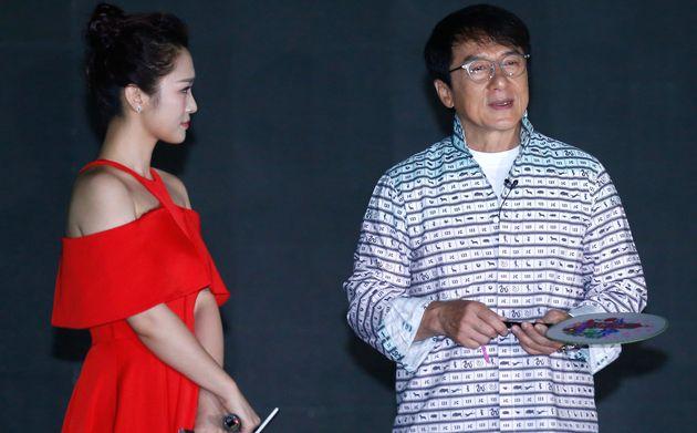 H κόρη του Τζάκι Τσαν κατηγορεί τον πατέρα της ότι την άφησε άστεγη επειδή είναι