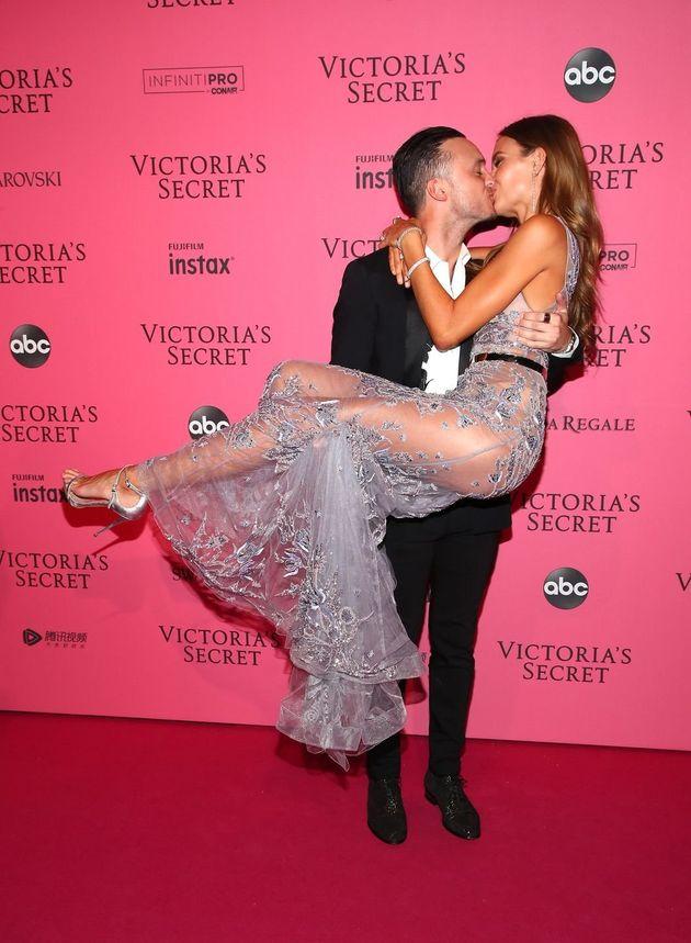 Ζόζεφιν Σκρίβερ: Η ρομαντική πρόταση γάμου στον Άγγελο της Victoria's