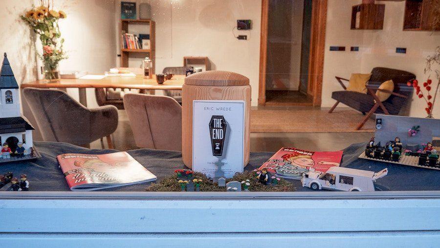 Bestattungsszenen mit Legofiguren und Lounge-Atmosphäre: Wer vor Eric Wredes Schaufenster steht, bekommt nicht den typischen