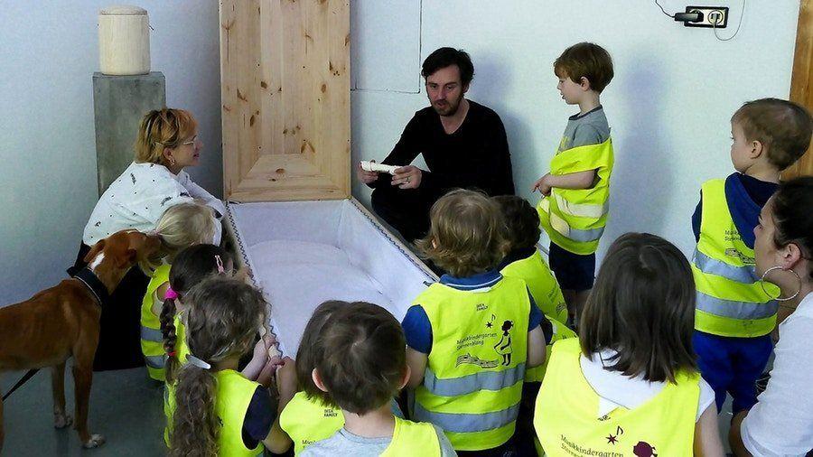 Wie sieht ein Sarg von innen aus? Wie schnell fährt ein Leichenwagen? Auch Kinder lädt Eric Wrede ein, neugierige Fragen rund um die Bestattung zu stellen.