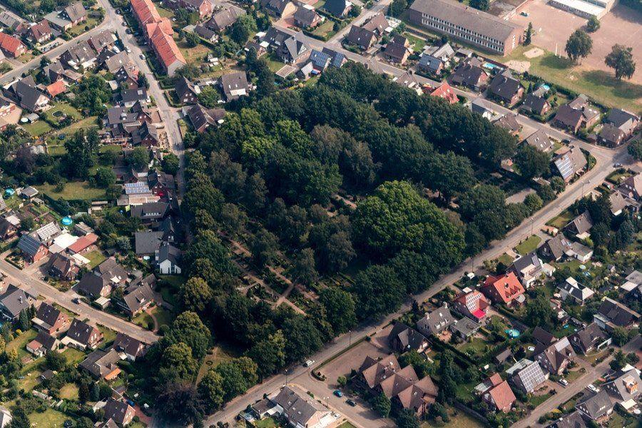 Friedhöfe machen heute einen Großteil der grünen Flächen einer Stadt aus.