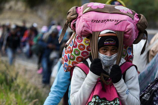 Eine Frau überquert die Grenze zwischen Venezuela und Kolumbien.
