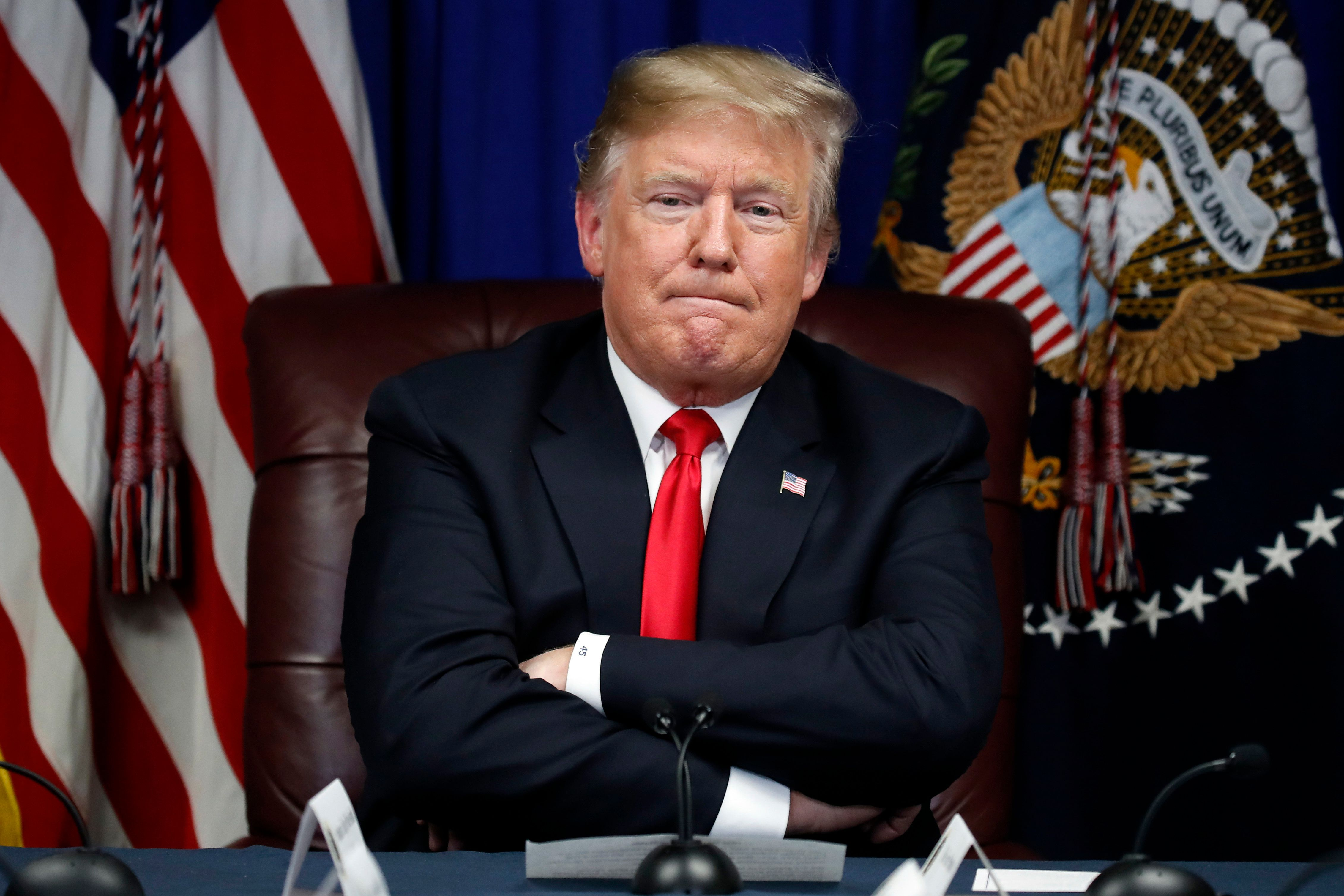 El presidente Donald Trump escucha durante una discusión, el lunes 26 de noviembre de 2018, en Gulfport, Mississippi. (AP Foto/Alex Brandon)