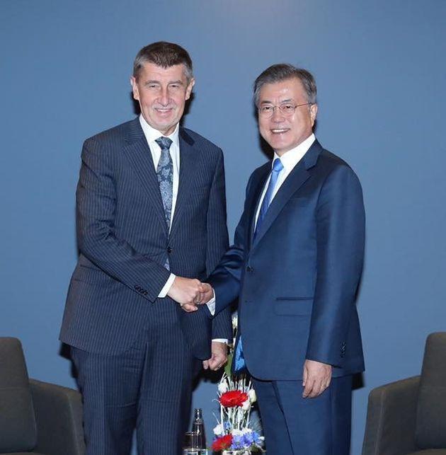 체코를 방문한 문재인 대통령(오른쪽)은 안드레이 바비시 체코 총리와 28일 정상회담을 갖고 원전 수출 등에 대해