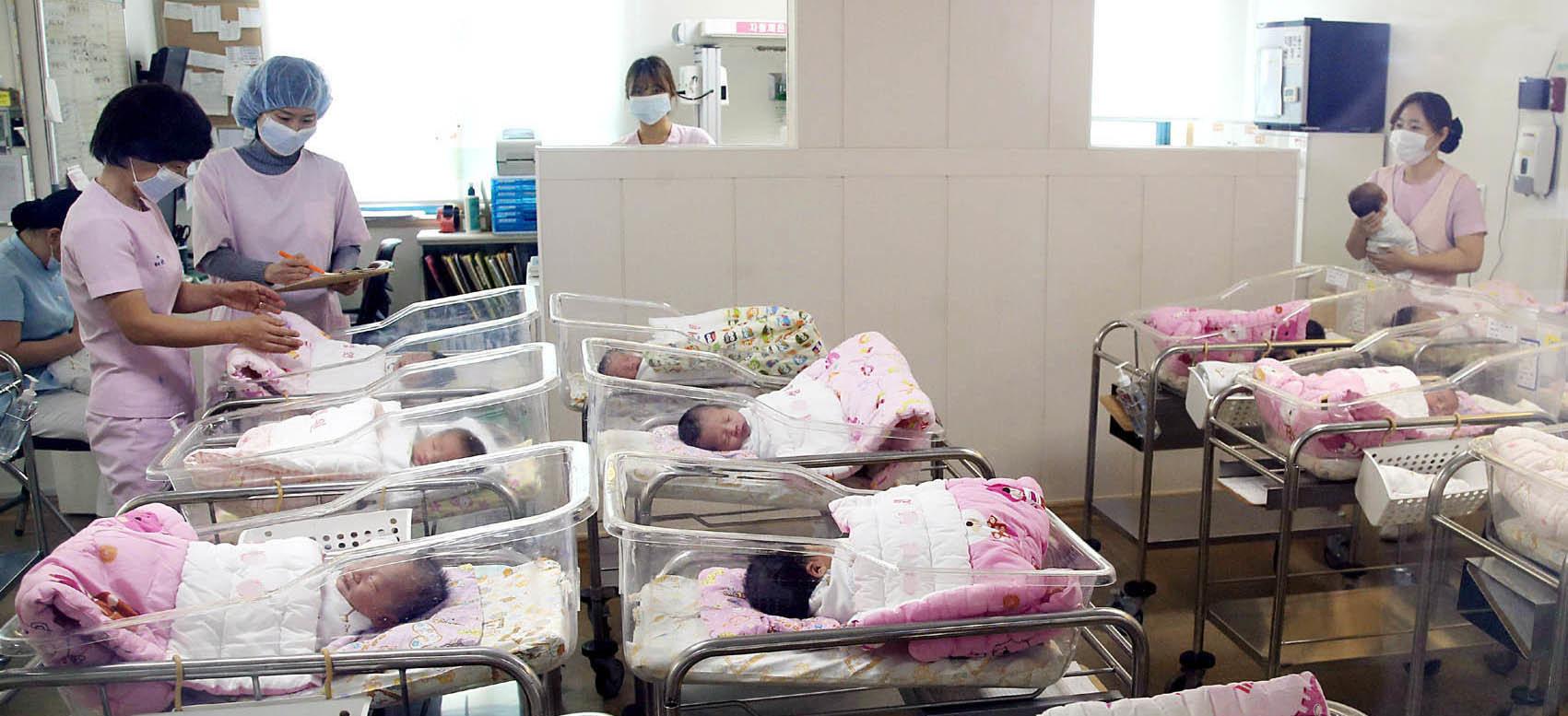 내년 10월부터 아이를 낳은 모든 산모에 250만원 이상이