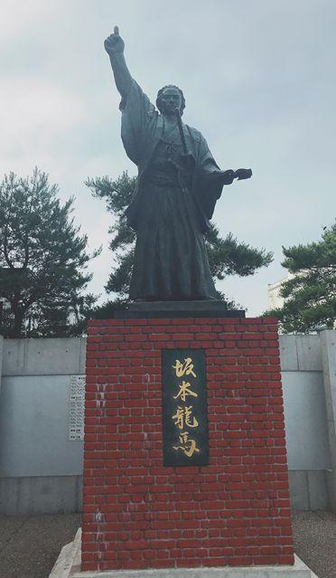 사카모토 료마는 홋카이도를 방문해 본 적도 없으나 홋카이도 사람들은 살아생전 홋카이도 개발을 강력하게 역설했던 개혁가 료마를 기억하고 있었다. 홋카이도 하코다테시 료마 기념관에서 2018년 7월 촬영.