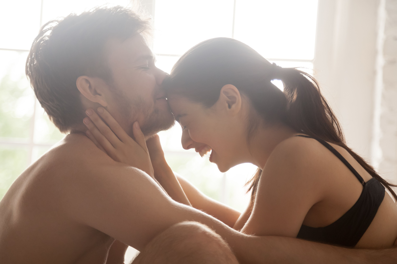 Im Bett naschen: Die Apfelstrudel-Sex-Stellung sorgt für zuckersüßes