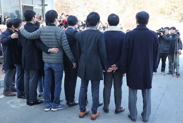 30일 오전 대구구치소에서 출소한 양심적 병역거부자 8명이 구치소 앞에서 가족과 언론 매체 앞에서 기념촬영을 하고 있다.
