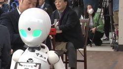 Τόκιo: Σερβιτόροι-ρομπότ εκτελούν εντολές από ανθρώπους με σωματική
